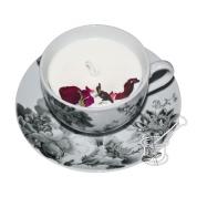 PUSNAKTS ROZE: sojas vaska svece porcelāna tasītē ar melnu rožu rakstu